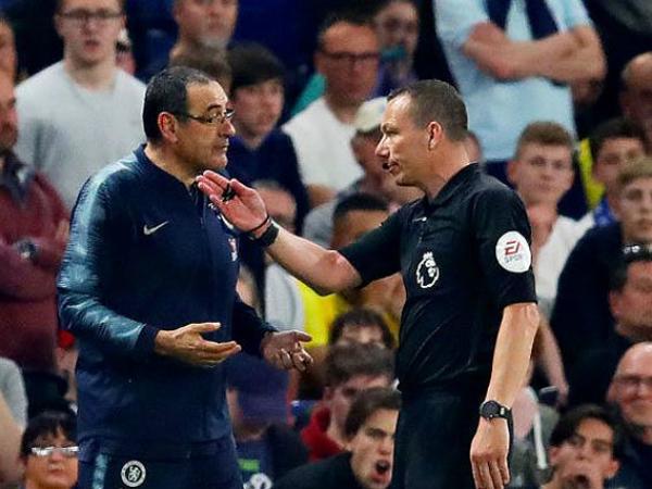 HLV Sarri của Chelsea bị phạt vì phản ứng với trọng tài